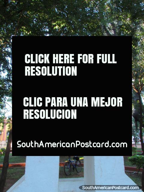 Estatua para la guerra Chaco en Plaza La Guardia en Paraguari. (480x640px). Paraguay, Sudamerica.