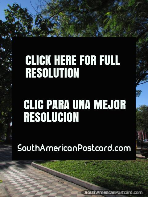 Plaza Independencia con alto monumento y diagonal cuadró el modelo por la tierra, Asunción. (480x640px). Paraguay, Sudamerica.