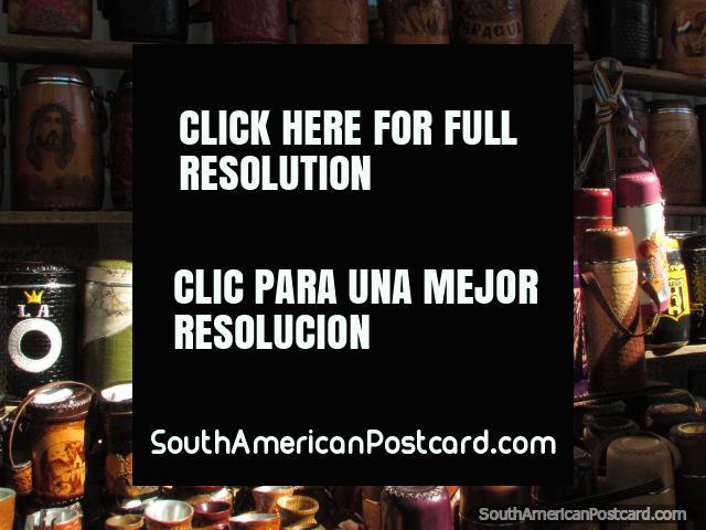 Recuerdos Paraguayos de cuero, poseedores del matraz para venta en la calle en Asunción. (640x480px). Paraguay, Sudamerica.