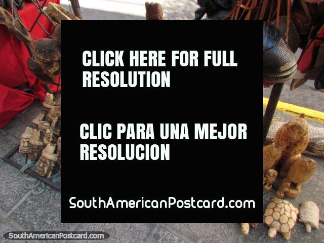 Tortugas de madera esculpidas, armadillos, búhos y caimanes para comprar en Asunción.  (640x480px). Paraguay, Sudamerica.