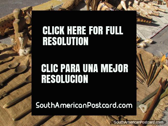 A mão trabalhou objetos feitos de madeira, colheres, animais e poucos carateres, Asunción. (640x480px). Paraguai, América do Sul.
