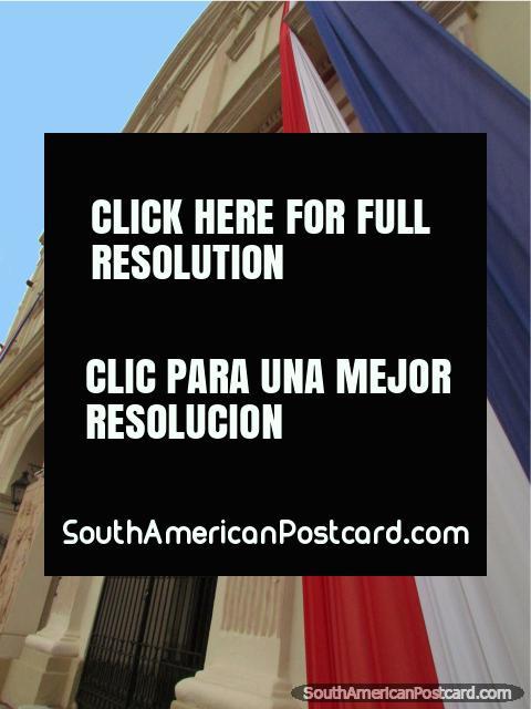 As cores nacionais do Paraguai do lado de fora da catedral em Asunción. (480x640px). Paraguai, América do Sul.
