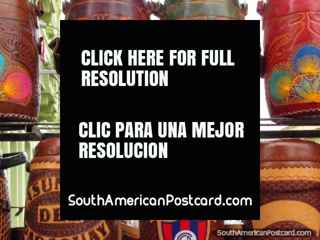 Modelos roscados coloridos e desenhos em frascos de couro de venda em Asunción. (640x480px). Paraguai, América do Sul.