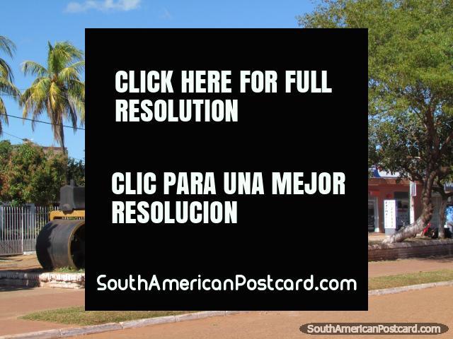 Um rolo compressor é uma das partes do maquinismo no monitor em uma rua em Concepcion. (640x480px). Paraguai, América do Sul.