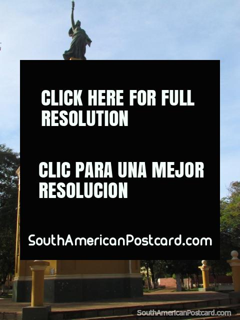 O monumento de Liberdade em Praça da Libertad em Concepcion. (480x640px). Paraguai, América do Sul.