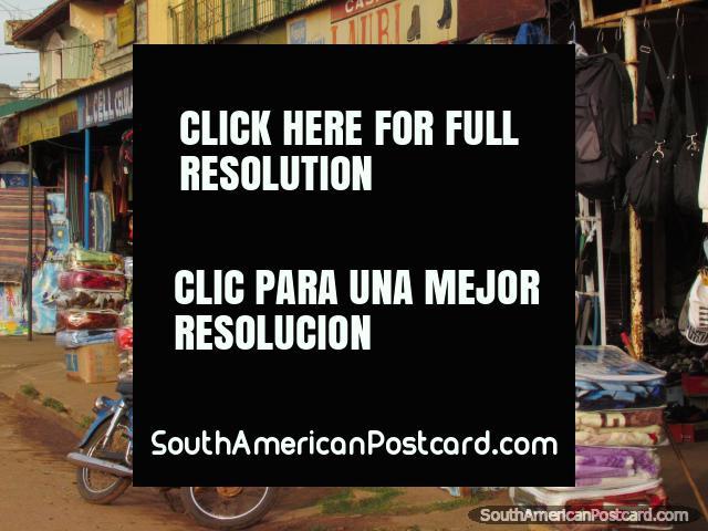 Una tienda muy vistosa en Concepción que vende ropa, zapatos, pelotas y ropa de cama. (640x480px). Paraguay, Sudamerica.