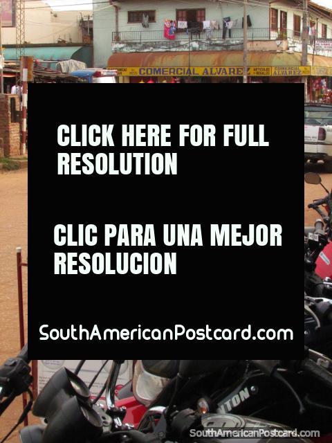 Una serie de motocicletas livianas aparco en las calles alrededor de los mercados de Concepción. (480x640px). Paraguay, Sudamerica.