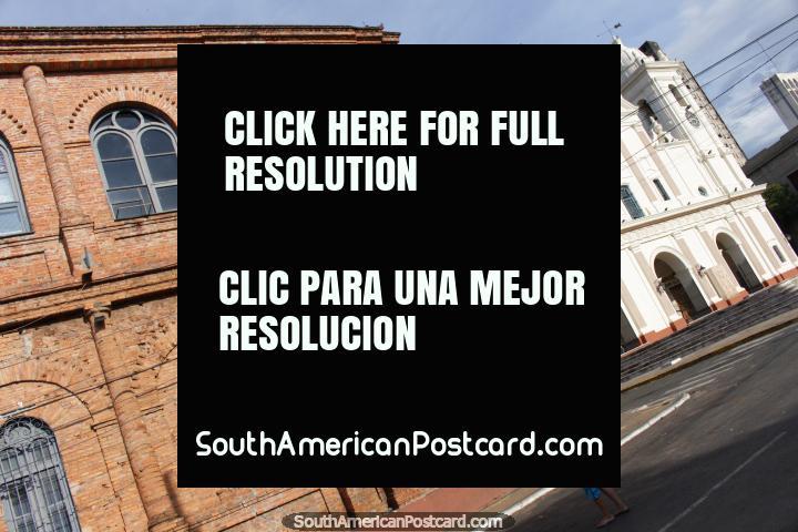 Edificio de ladrillo rojo precioso y la catedral en la distancia en Asunción. (720x480px). Paraguay, Sudamerica.