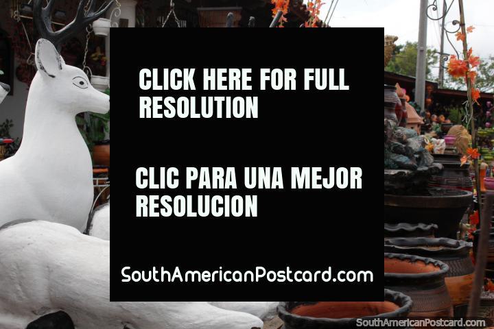 3 rena cerâmica branca, para venda em Aregua, a capital de cerâmica. (720x480px). Paraguai, América do Sul.