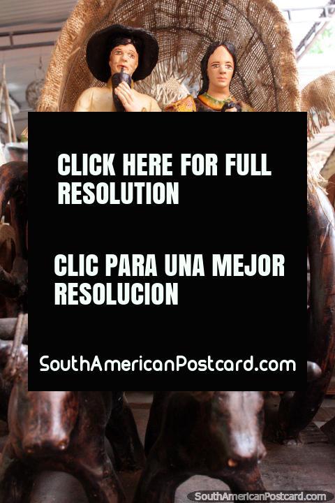 Carreta puxada por vacas, a famïlia toma um passeio, arte cerâmica de Aregua. (480x720px). Paraguai, América do Sul.