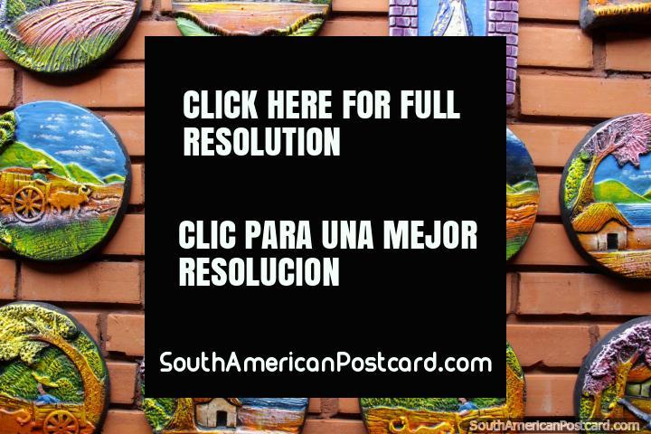 Placas ornamentais de parede redondas que representam vida na zona rural paraguaia, cerâmica de Aregua. (720x480px). Paraguai, América do Sul.