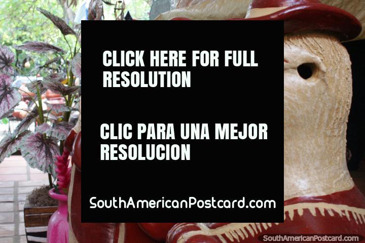 O paraguaio assombroso figura em trajes feitos em Aregua da cerâmica e belamente pintados. (720x480px). Paraguai, América do Sul.