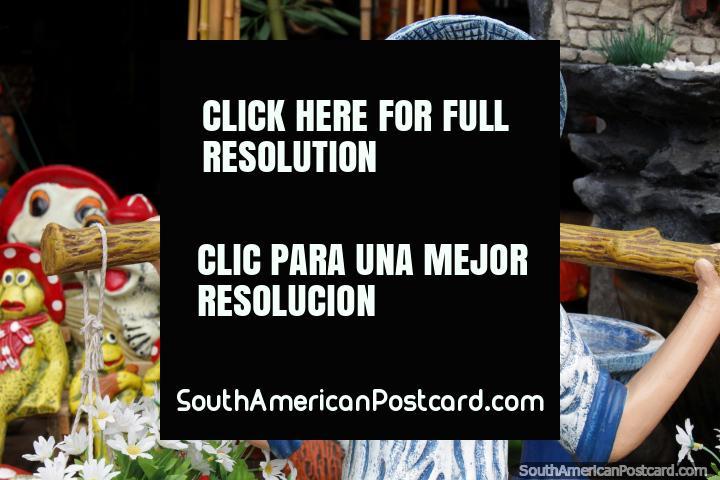 O jovem transporta flores através dos seus ombros, cerâmica fresca feita em Aregua. (720x480px). Paraguai, América do Sul.