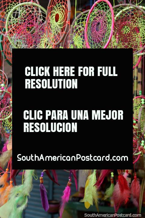 Caçadores de sonhos rosa e verdes e penas, um item não-cerâmico em Aregua, como excepcional! (480x720px). Paraguai, América do Sul.