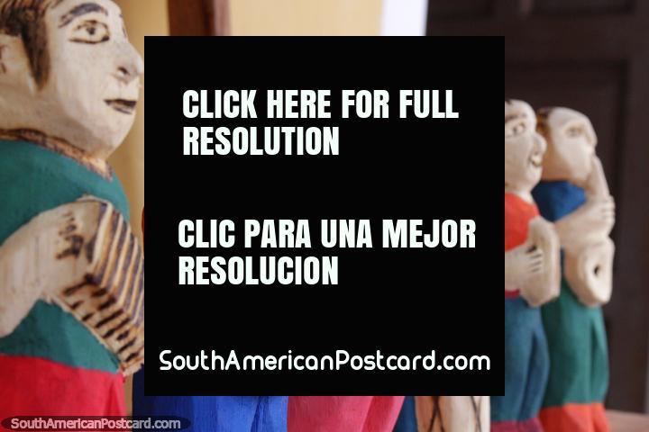 Un segundo grupo de figurillas de madera músicos jugar en El Cantaro Galería en Areguá. (720x480px). Paraguay, Sudamerica.