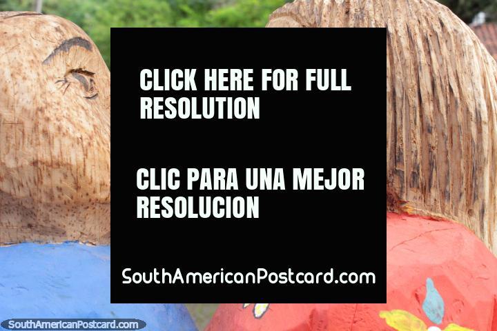 Un par de figuras de madera esculpidas pareció sorprendido el uno al otro, El Cantaro Gallery en Areguá. (720x480px). Paraguay, Sudamerica.