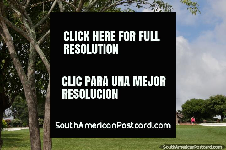 Iglesia en la colina rodeada de zonas verdes en Areguá. (720x480px). Paraguay, Sudamerica.