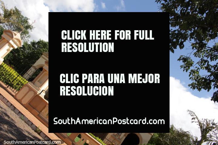 La impresionante iglesia en la ciudad de Itauguá, arcos y la torre. (720x480px). Paraguay, Sudamerica.