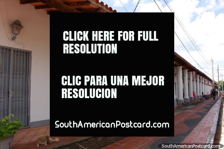 Uno de un pequeño puñado de edificios coloniales en Itauguá, éste con muchas columnas. (720x480px). Paraguay, Sudamerica.