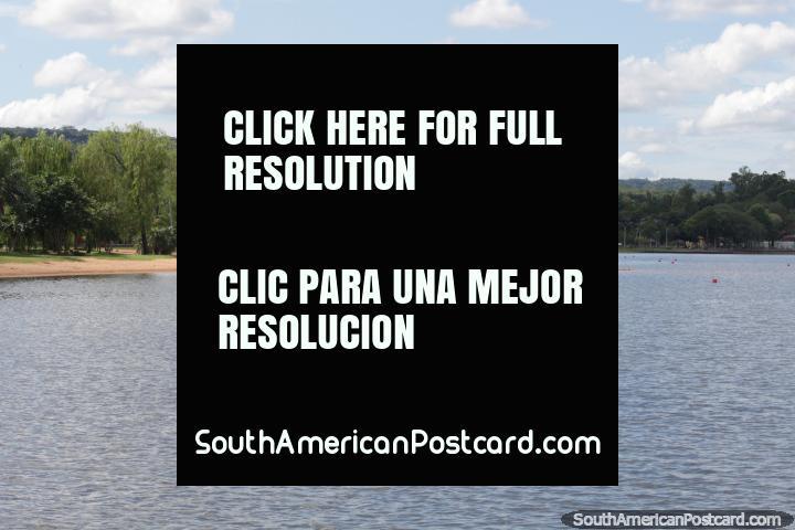 O lago e uma praia com rodeio de terra do arbusto em San Bernardino, para férias perto de Asunción. (720x480px). Paraguai, América do Sul.
