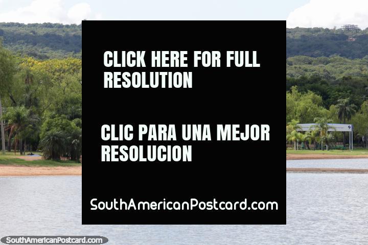 Uma bela área junto do Lago Ypacarai com gramados e terra do arbusto, San Bernardino. (720x480px). Paraguai, América do Sul.
