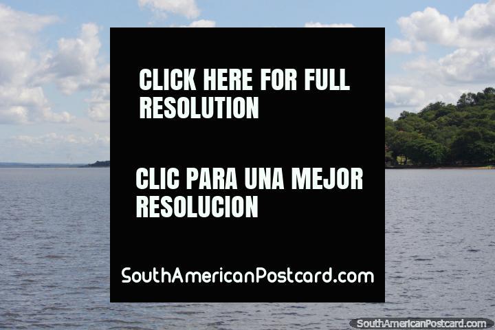 Viajar em um barco em volta do Lago Ypacarai, gostar do cenário e águas abertas. (720x480px). Paraguai, América do Sul.