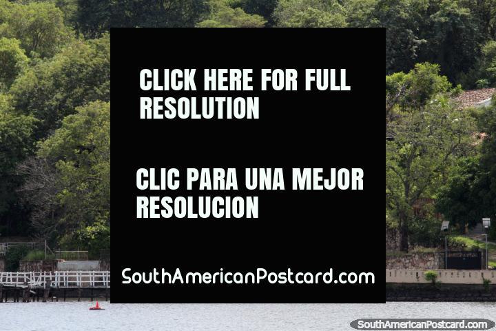 Bonita casa con un embarcadero privado en el borde del lago, en San Bernardino. (720x480px). Paraguay, Sudamerica.