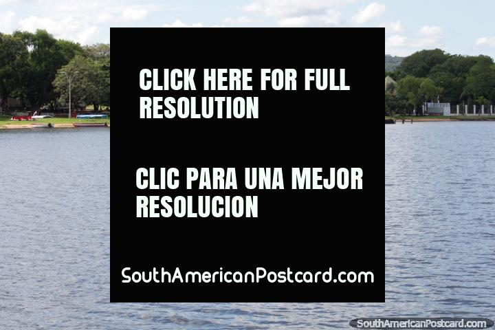 Gran parque a orillas del Lago Ypacaraí, en San Bernardino, arbusto-tierra en la distancia. (720x480px). Paraguay, Sudamerica.