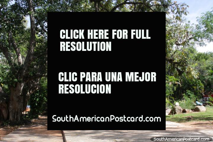 La Plaza Principal frondosa en San Bernardino con el monumento. (720x480px). Paraguay, Sudamerica.