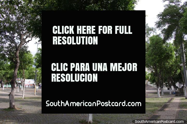 A praça pública principal em Caacupe junto da catedral, sem qualquer assento. (720x480px). Paraguai, América do Sul.