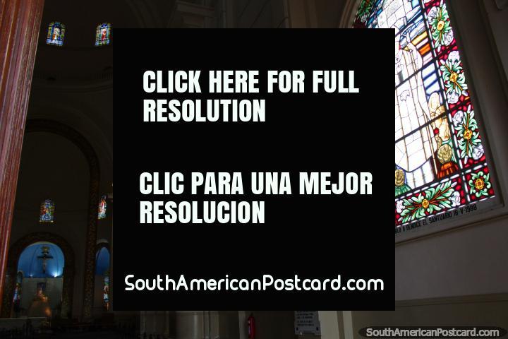 Las vidrieras a lo largo de las paredes de la Basílica de Caacupé. (720x480px). Paraguay, Sudamerica.
