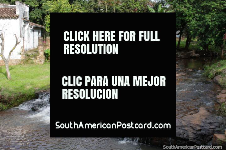 Este río escénica corre a través de Caacupé lado de la Plaza Héroes del Chaco. (720x480px). Paraguay, Sudamerica.