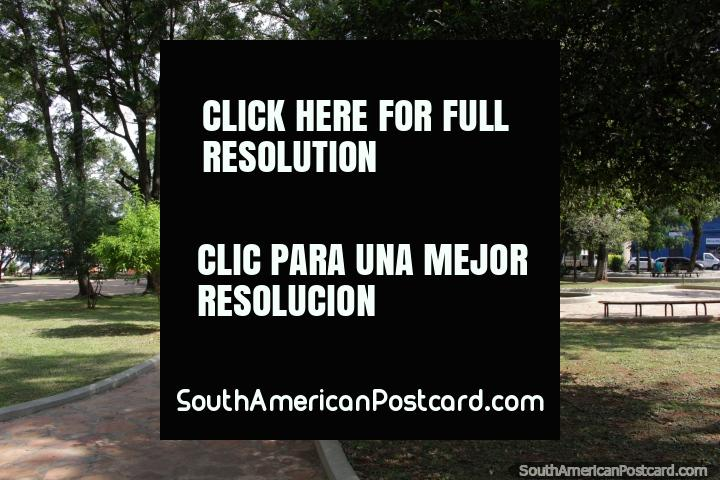 La frondosa Plaza Libertad en Villarrica. (720x480px). Paraguay, Sudamerica.