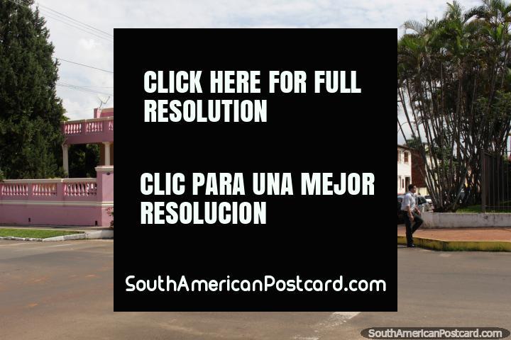 Un edificio histórico de color rosa en la esquina en Villarrica, club. (720x480px). Paraguay, Sudamerica.