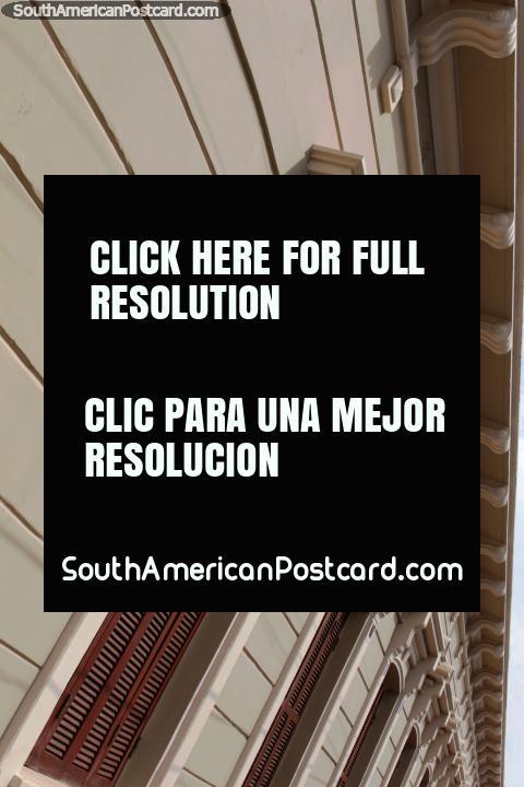 Fachada de un edificio de madera histórico en Villarrica. (480x720px). Paraguay, Sudamerica.