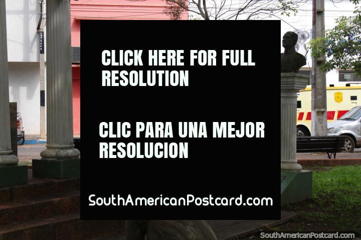 Los monumentos en la esquina de la Plaza de los Héroes en Villarrica. (720x480px). Paraguay, Sudamerica.