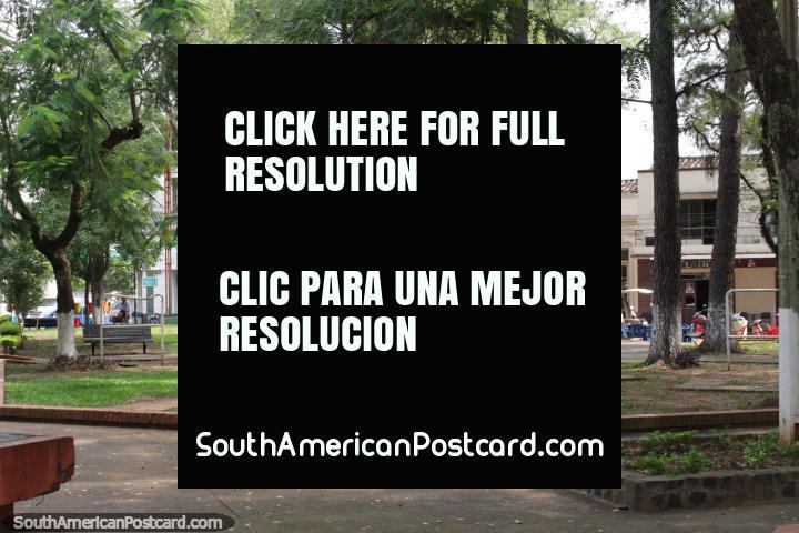Tiendas alrededor de la Plaza de los Héroes, un buen lugar para relajarse en Villarrica. (720x480px). Paraguay, Sudamerica.