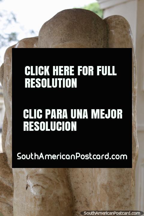 Escultura de mármore em honra do ex-presidente Andres Rodriguez (1923-1997) em Villarrica. (480x720px). Paraguai, América do Sul.