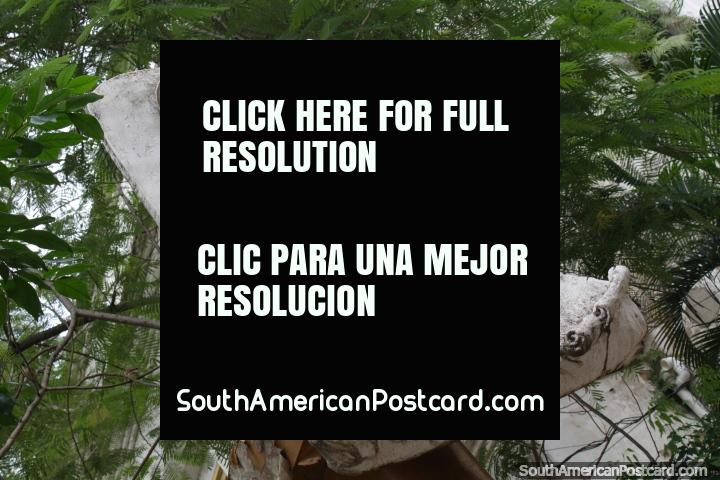 Uma placa ornamental esculpida branca que representa um homem importante em Villarrica. (720x480px). Paraguai, América do Sul.