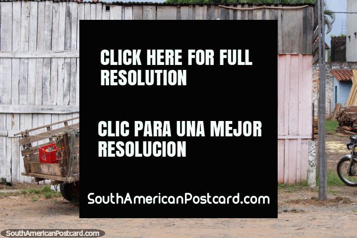 O cavalo e a carreta sentam-se do lado de fora de uma loja de madeira em Villarrica, Maderas J.D. (720x480px). Paraguai, América do Sul.