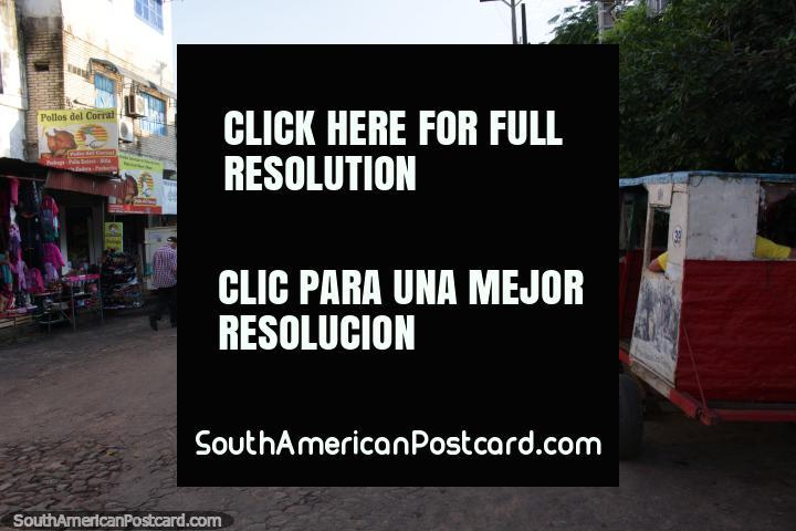Calle y tiendas en Villarrica, cerca de la terminal de autobuses. (720x480px). Paraguay, Sudamerica.