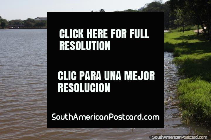 Os bancos de Lago da Republica em Cidade do Este, bastante desertado. (720x480px). Paraguai, América do Sul.