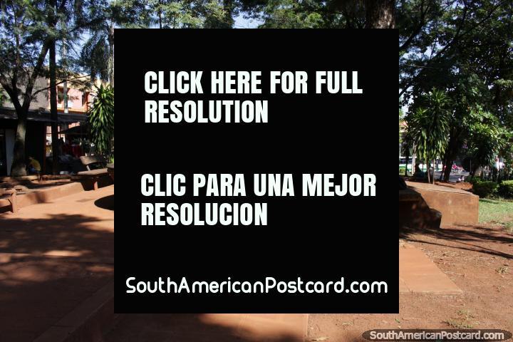 Uma velha fonte de azulejos ao longo do Paseo Monseñor Rodriguez em Ciudad del Este. (720x480px). Paraguai, América do Sul.