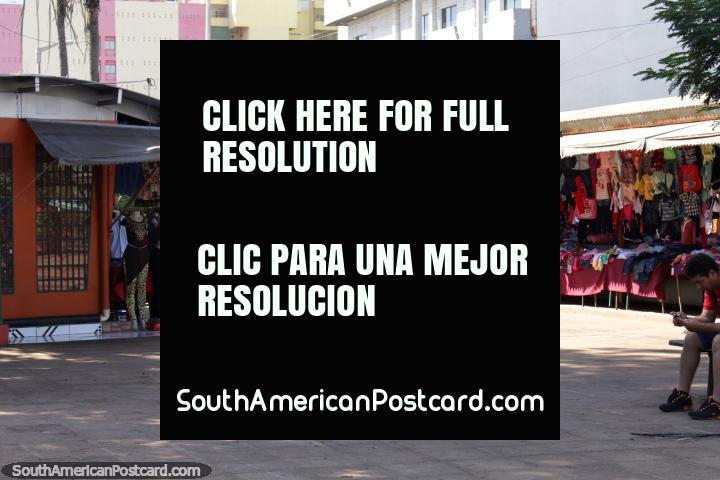 Ropas de los niños a la venta en el Paseo Monseñor Rodríguez en Ciudad del Este. (720x480px). Paraguay, Sudamerica.