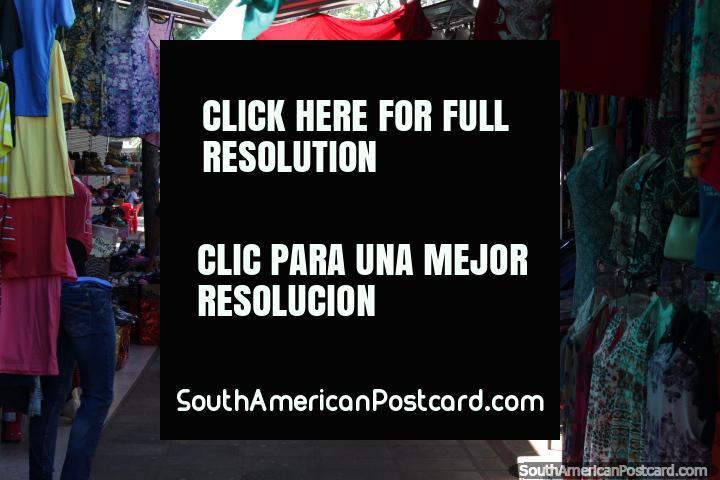 Há muitas barracas de roupas ao longo do Paseo Monseñor Rodriguez em Ciudad del Este. (720x480px). Paraguai, América do Sul.