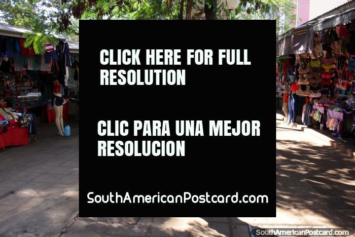Barracas e lojas de roupas femininas são muitas no Paseo Monseñor Rodriguez em Ciudad del Este. (720x480px). Paraguai, América do Sul.