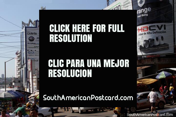 Quadros de avisos e cartazes de eletrônica no centro de Cidade do Este. (720x480px). Paraguai, América do Sul.