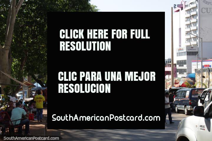 Olhando para o Paseo Monseñor Rodriguez em direção ao Brasil, Ciudad del Este. (720x480px). Paraguai, América do Sul.