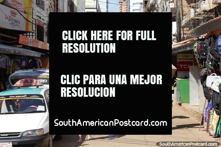O homem transporta um novo aparelho de ar condicionado ao longo da rua em Cidade do Este. (720x480px). Paraguai, América do Sul.