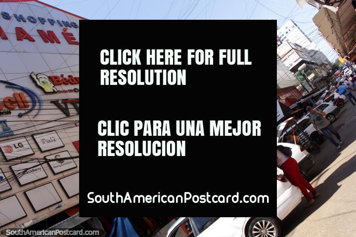 Lojas, os compradores e as compras são o nome do jogo em Cidade do Este. (720x480px). Paraguai, América do Sul.